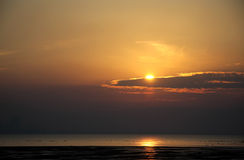 Sun cubierto parcialmente por la nube en la playa de Busaiteen Fotografía de archivo libre de regalías