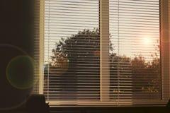 The Sun dans la fen?tre Hublot avec les abat-jour ouverts photos stock