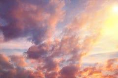 Sun dans le ciel avec des nuages, fond photos libres de droits