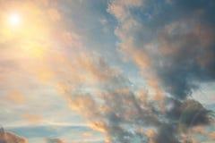 Sun dans le ciel avec des nuages, fond photographie stock libre de droits