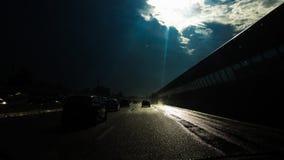 Sun dans le ciel et l'eau sur la route Photographie stock libre de droits