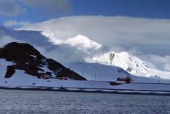 Sun dappled a montanha na Antártica com uma estação da ciência abaixo imagens de stock