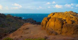 Sun de encontro às rochas do oceano Foto de Stock Royalty Free