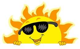 Sun de espreitamento bonito com óculos de sol Fotos de Stock Royalty Free