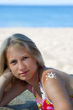 Sun de la crema de la sol-protección en un hombro en Fotos de archivo