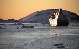 Sun de minuit - bateau de touristes en Antarctique   Photos libres de droits