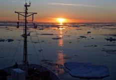Sun de minuit dans l'océan arctique Photographie stock libre de droits