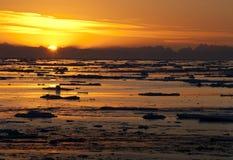 Sun de minuit dans l'océan arctique Image stock