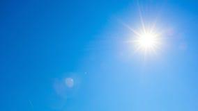 Sun in den blauen Himmeln Stockfotografie