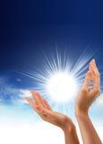 Sun in den Händen Stockbild