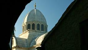 Sun, der über alte Basilika sich bewegt stock footage