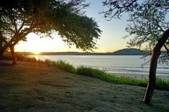 Sun, der über den Playa BLANCA-Strand in Papagayo, Costa Rica steigt lizenzfreie stockbilder