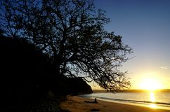 Sun, der über den Playa BLANCA-Strand in Papagayo, Costa Rica steigt stockfotos