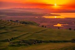 Sun, der über ein Feld von eolian Windkraftanlagen und von ein Tal wi einstellt lizenzfreie stockfotografie