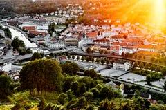 Sun, der über eine traditionelle norwegische Nachbarschaft einstellt Ansicht über eine schöne Stadt in Norwegen mit vielen Häuser Stockbild