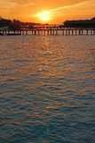 Sun, der über overwater Landhaus einstellt Stockfoto
