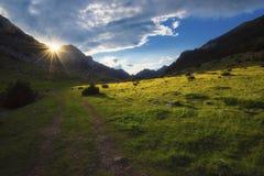 Sun, der auf dem Tal hinaufklettert Stockfoto