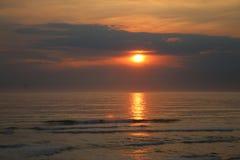 Sun, der auf eine schöne Bucht einstellt stockfotografie