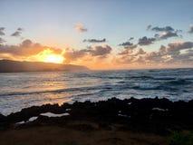 Sun, der über Hawaii-Küstenlinie einstellt Stockbild