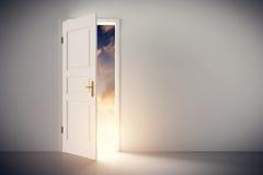 Sun, der durch Hälfte offene klassische weiße Tür scheint Stockfotografie