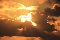 Sun, der durch Wolken scheint Stockfoto