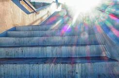 Sun, der hinunter einen Flug Treppe der im Freien strömt Lizenzfreie Stockfotos