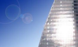 Sun, der mit Blendenfleck im modernen Geschäftsgebäude scheint Lizenzfreie Stockbilder