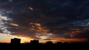 Sun, der in moderne Stadt steigt stock video footage