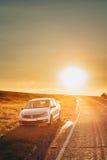 Sun, der nahe über VW Volkswagen Polo Vento Sedan Car Parking steigt Lizenzfreies Stockfoto