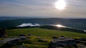 Sun, der unten über burrator Reservoir hinausgeht Stockfoto