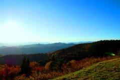 Sun, der unten über die Berge hinausgeht Lizenzfreies Stockbild