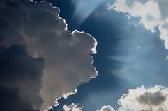 Sun, der von hinten Wolken strahlt Lizenzfreies Stockfoto