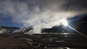 Sun, der zum Dampf im Geysir Chile EL Tatio scheint Stockfotografie