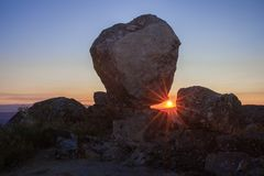 Sun, der zwischen Megalithenmonument, Montanchez, Spanien steigt Stockfotos
