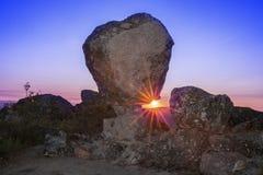 Sun, der zwischen Megalithenmonument, Montanchez, Spanien steigt Lizenzfreie Stockfotos