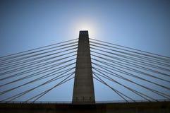 Sun derrière la crête de flèche de pont Photos libres de droits