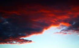 Sun derrière le nuage orageux foncé Image libre de droits