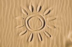 Sun dessiné dans le sable image stock