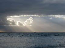 Sun detrás de las nubes en el mar Fotografía de archivo libre de regalías