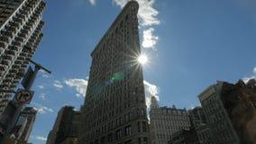 Sun detrás del edificio de la plancha