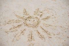 Sun dibujado en la arena en una playa Imagen de archivo libre de regalías