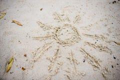 Sun dibujado en la arena en una playa Imagen de archivo
