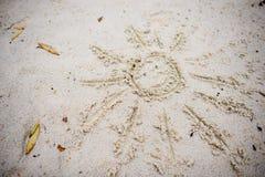 Sun dibujado en la arena en una playa Fotos de archivo libres de regalías
