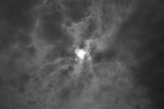 Sun dietro l'effetto in bianco e nero del film della nuvola Fotografia Stock