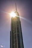 Sun dietro la torre Q1 Immagine Stock