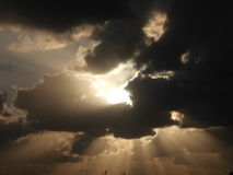 Sun dietro le nubi Immagini Stock