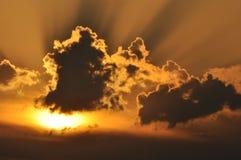Sun dietro le nuvole Immagine Stock