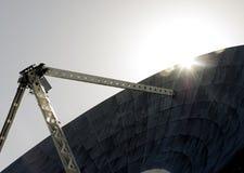 Sun dietro un riflettore parabolico Fotografie Stock