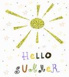 Sun disegnato a mano di scintillio ed estate di slogan scritta mano ciao illustrazione di stock