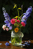 Sun dopo pioggia - mazzo variopinto dei fiori nel giardino fotografie stock